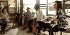 Jouer du piano avec des musiciens